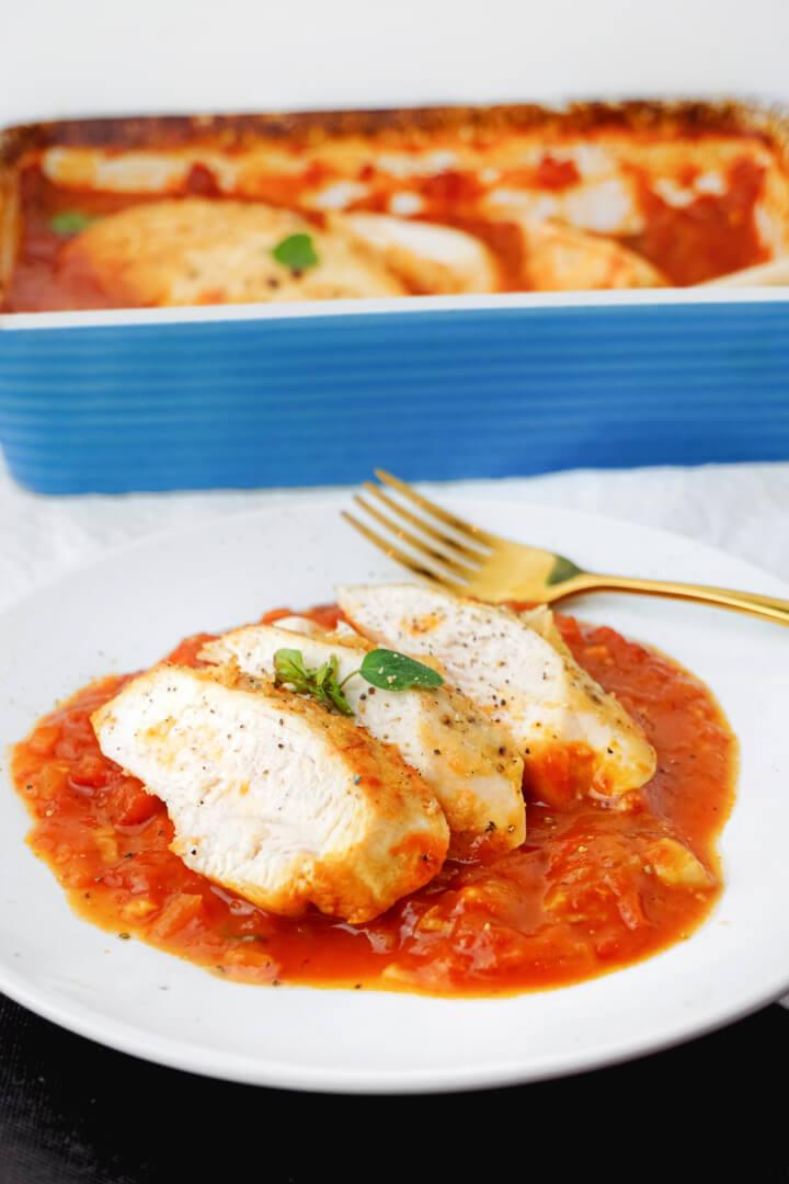 Hähnchenbrust mit Tomatensauce aus dem Ofen