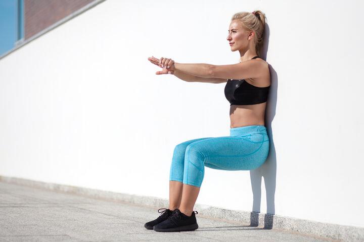 Wandhocke als Übung für die Beine