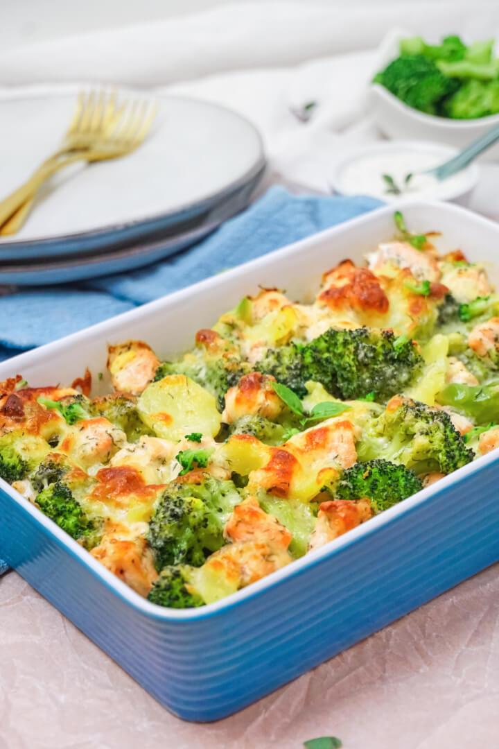 Auflauf mit Lachs, Kartoffeln und Brokkoli