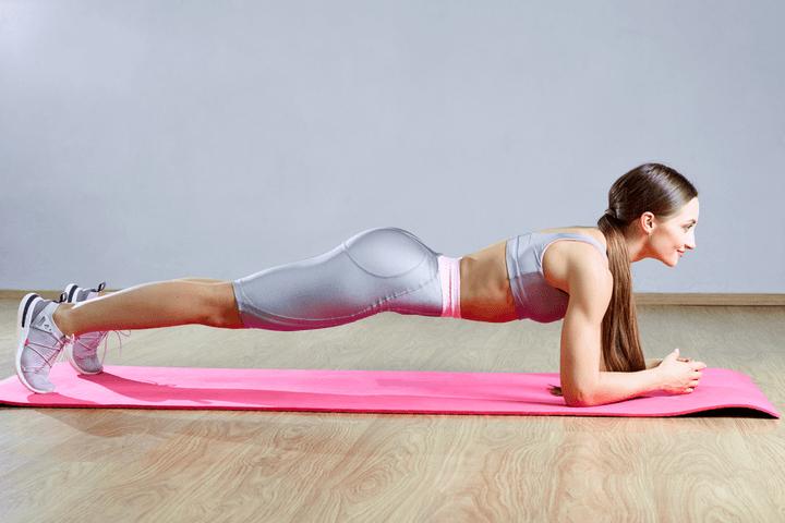 Planks beim Bauch Workout für Zuhause